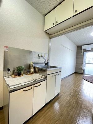 ガスコンロ設置可能のキッチンです☆ご自身でお好きなタイプのガスコンロをご用意いただけます!場所を取るお鍋やお皿もすっきり収納できます♪