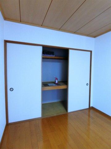 洋室6帖のお部屋にある収納スペースです!かさ張る寝具や大きな荷物などが収納できて便利です☆