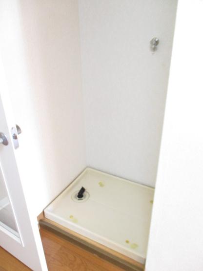 リビングダイニングキッチンにある室内洗濯機置き場です♪防水パンが付いているので万が一の漏水にも安心です!