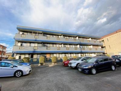 南武線「久地」駅より平坦な道を徒歩3分の便利な立地!宅配ボックス・防犯カメラ付きの3階建てマンションです☆