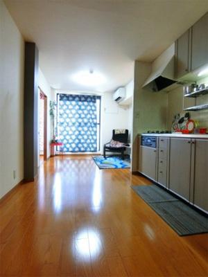 バルコニーに繋がる南向き10帖のリビングダイニングキッチンは陽当たり良好♪エアコン付きで1年中快適に過ごせます☆