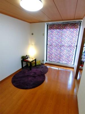 バルコニーに繋がる南向き洋室6帖のお部屋です♪陽当たりの良いお部屋は、子供部屋や書斎・寝室など多用途に使えそう♪
