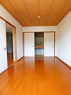 洋室6帖のお部屋は収納スペース付きです♪奥行きと広さのある収納スペースでお部屋がすっきり片付きます☆