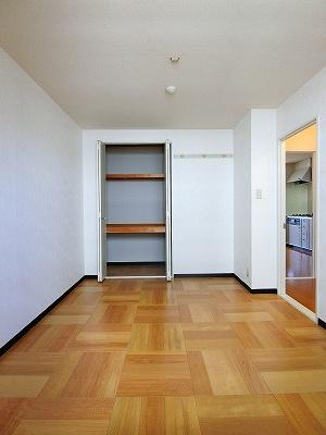 収納スペースのある洋室5.5帖のお部屋です!壁にはピクチャーレールがあり、絵や写真が飾れます☆ハンガー掛けとしても便利!