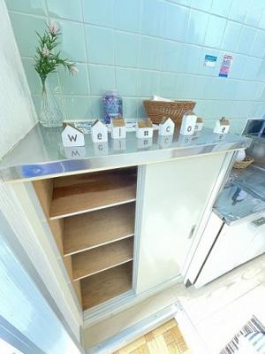 玄関から室内への景観です!右手にバスルームとトイレ、左手にキッチンがあります★