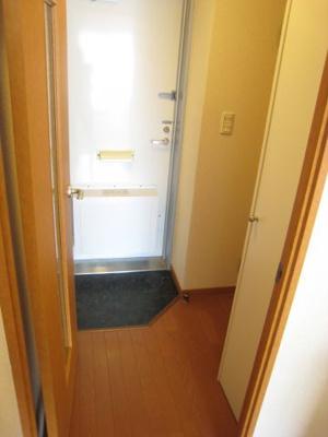 冷蔵庫・電子レンジ付き。収納棚も豊富に有ります。