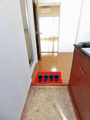 玄関から室内への景観です!玄関を入るとすぐダイニングキッチン6帖のお部屋があります!