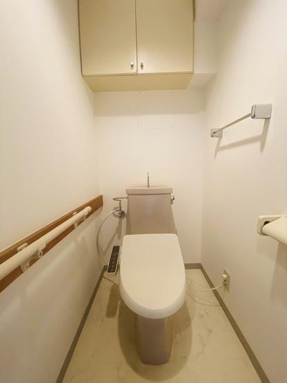 人気のシャワートイレ・バストイレ別です♪トイレが独立していると使いやすいですよね☆小物を置ける便利な棚やタオルハンガーや手すりも付いています♪