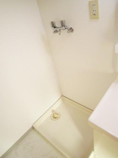 洗面所内、独立洗面台横にある室内洗濯機置き場です♪防水パンが付いているので万が一の漏水にも安心です!上部には便利な収納棚付き♪