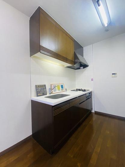 2口ガスコンロ&グリル付きシステムキッチンです☆場所を取るお鍋やお皿もたっぷり収納できてお料理がはかどります!