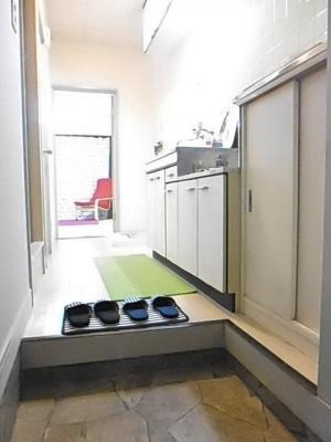 玄関から室内への景観です!右手にシューズボックスとキッチン、左手にバスルーム・トイレがあります★
