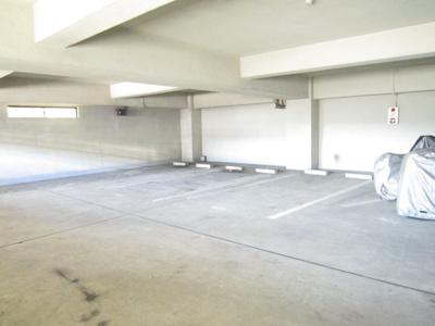 いつでも目の届く敷地内に駐車場があります♪室内なので、雨の時の乗り降りもらくらく☆