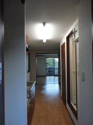 玄関から室内への景観です!ダイニングキッチンの奥に洋室6.4帖のお部屋があります♪