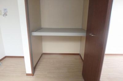 ダイニングキッチンにある収納スペースです!奥行きのある収納スペースで荷物の多い方も安心!お部屋がすっきり片付いて快適に!(※参考写真201号室/現況優先)