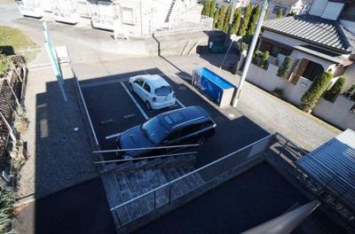 敷地内駐車場は3台。残りは敷地外となります。