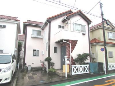 浜須賀の閑静な住宅街内にある、道路の広さがゆったりとした整った街並みの一角にあります。