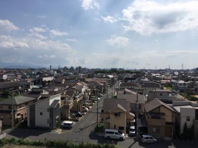バルコニーを出ると、綺麗な住宅地を見渡せます
