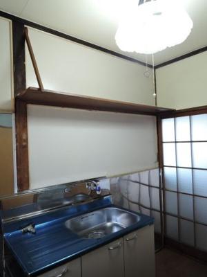 キッチンの上には、収納棚があります。