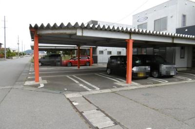 屋根付き駐車場は雨雪から車を守ります