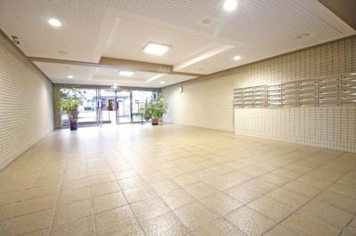 マンションのエントランスは広々として清潔感のあるスペースです。