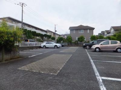 いつでも目の届く敷地内に駐車場があります♪お車をお持ちのファミリーさんにおすすめです!