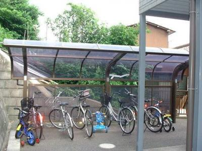 屋根つきの駐輪場で雨が降っても大切な自転車が濡れなくてすみます♪荷物が重いときに自転車があれば助かりますね!
