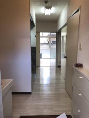 玄関から室内への景観です!右手にシューズボックス、左手に独立洗面台、キッチン、正面に洋室6帖のお部屋があります☆