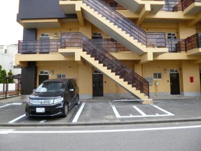 いつでも目の届く敷地内に駐車場があります♪お車をお持ちの方にもおすすめ☆バイク置き場も完備しています!