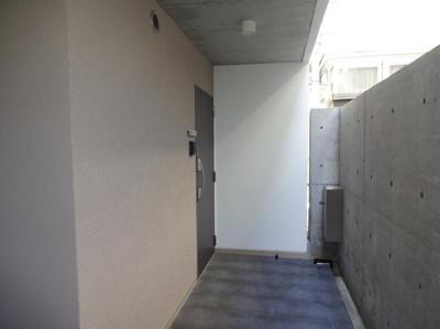 共用廊下より、玄関