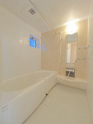 追い焚き機能・浴室暖房乾燥機付きバスルームです♪物干しバーも付いているので雨の日のお洗濯も安心ですね☆換気のできる小窓付きです!