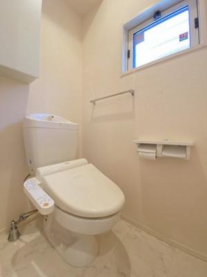 人気のシャワートイレ・バストイレ別!窓のあるトイレで換気もOK☆横にはタオルを掛けられるハンガーもあります♪1階・2階両方にトイレがあるのがうれしいですよね♪