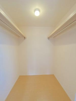 2階・洋室6帖のお部屋にあるウォークインクローゼットです♪棚+ハンガーラックでたっぷり収納出来ます☆