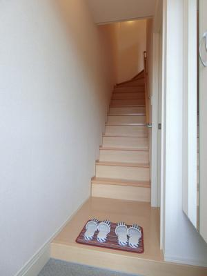 1階から2階へ上がる階段です!手すりがついているので安心ですね☆