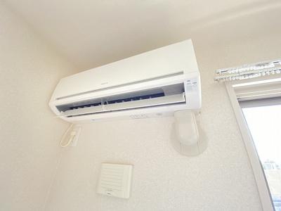 リビングダイニングキッチンには暑い夏や寒い冬に大活躍のエアコン付き!冷暖房完備で一年中快適に過ごせちゃいます♪