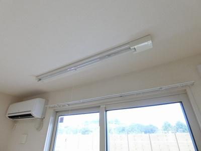 リビングダイニングキッチンにある室内物干しです!雨の日やお出掛け時の室内干しにとても便利☆花粉や梅雨の時期に重宝しますね♪