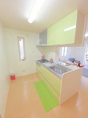 3口ガスコンロ/グリル付きシステムキッチンです☆窓があるので換気もOK♪場所を取るお鍋やお皿もたっぷり収納できてお料理がはかどります!床下収納も完備☆