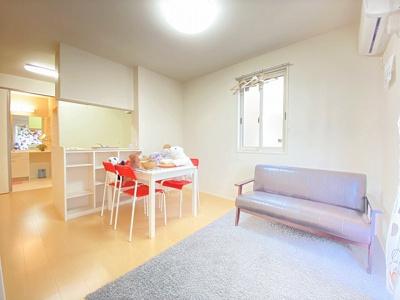 1階・女性に人気なカウンターキッチンの11.5帖リビングダイニングです!カウンターには小物をおける棚がついています♪椅子とテーブルを囲んで家族団欒の時間を過ごせます♪