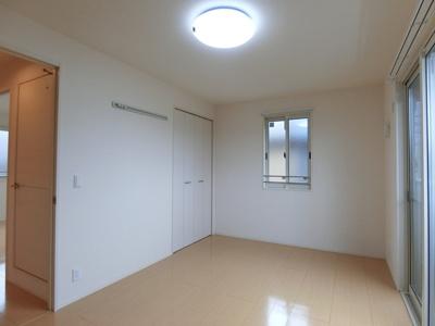 2階・クローゼットのある南東向き洋室7.5帖のお部屋です!お洋服の多い方もお部屋が片付いて快適に過ごせますね♪