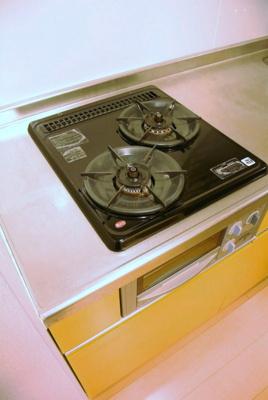 2口ガスコンロ/グリル付きのシステムキッチンでお料理の幅が広がります♪自炊生活で楽しく健康に!