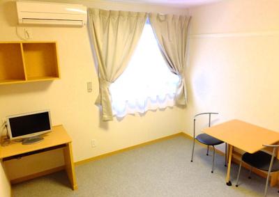 カーテンやエアコン、液晶テレビにテーブル・椅子付きです。