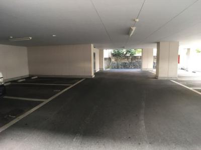 屋根つきの駐車場で雨に濡れる事もなく車に乗れます