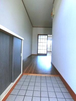 玄関から室内への景観です!ダイニングキッチンの奥に洋室7帖のお部屋があります♪