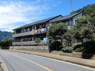「新百合ヶ丘」駅にアクセス可能な最寄りバス停より徒歩1分!緑豊かで閑静な住宅地にある2階建てアパートです☆