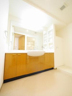 大きな鏡が特徴の綺麗な独立洗面台です。広々脱衣洗面所です。