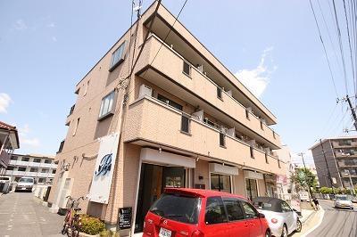 戸田中央病院通りに面する物件です。1階は美容室様とカメラ屋様が営業しています。前面に棟がないので明るく引き立つ物件です。