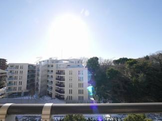 バルコニーからの眺望・南向き・陽当たり良好(大規模修繕中)