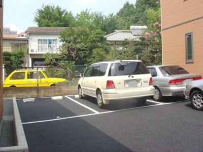 いつでも目の届く敷地内に駐車場があるので、お車をお持ちの方にはオススメ!