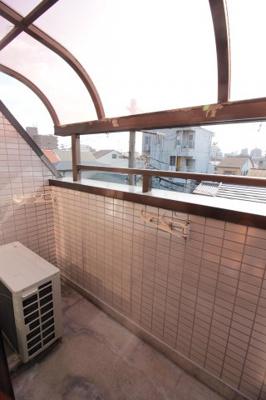 南向き屋根付きバルコニー 雨の日でも洗濯物を干せます♪
