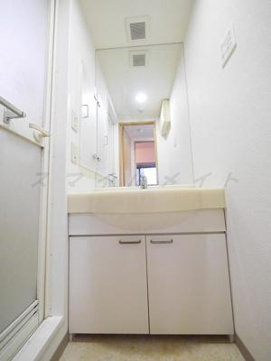 大きな鏡が特徴の綺麗な独立洗面台です。