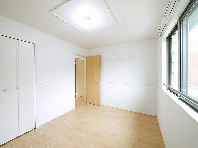 窓は複層ガラスなので、室温を逃がしにくいです